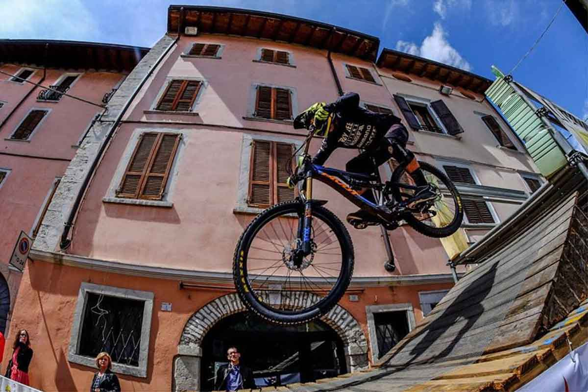 Mad of lake, spettacolare urban downhill a Maderno