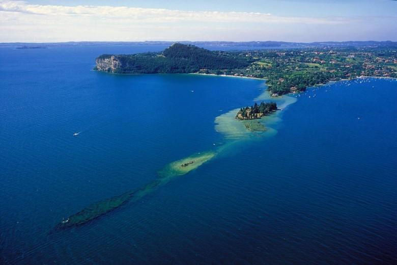 L'Isola dei Coniglie e, sullo sfondo, la Rocca di Manerba.