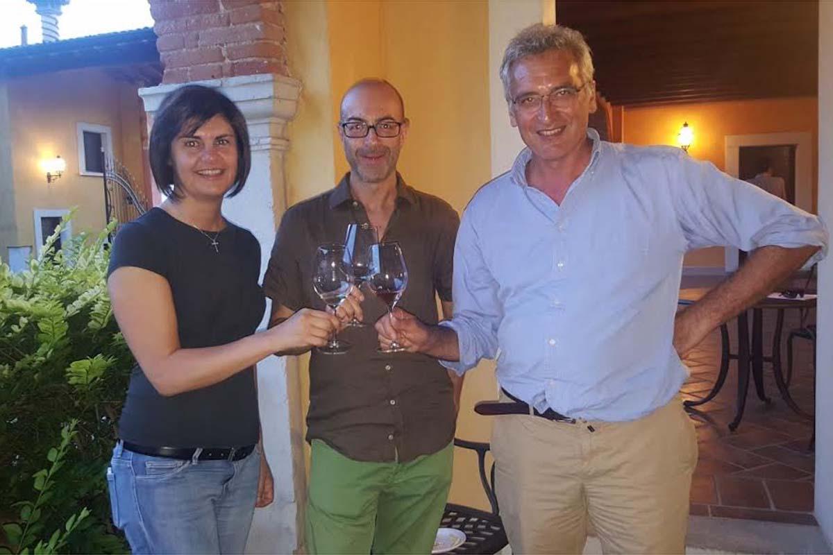 Giovanna Prandini con Gianluca Ginepro (Consorzio Garda Lombardia) e Alessandro Luzzago (Consorzio Valtenesi).