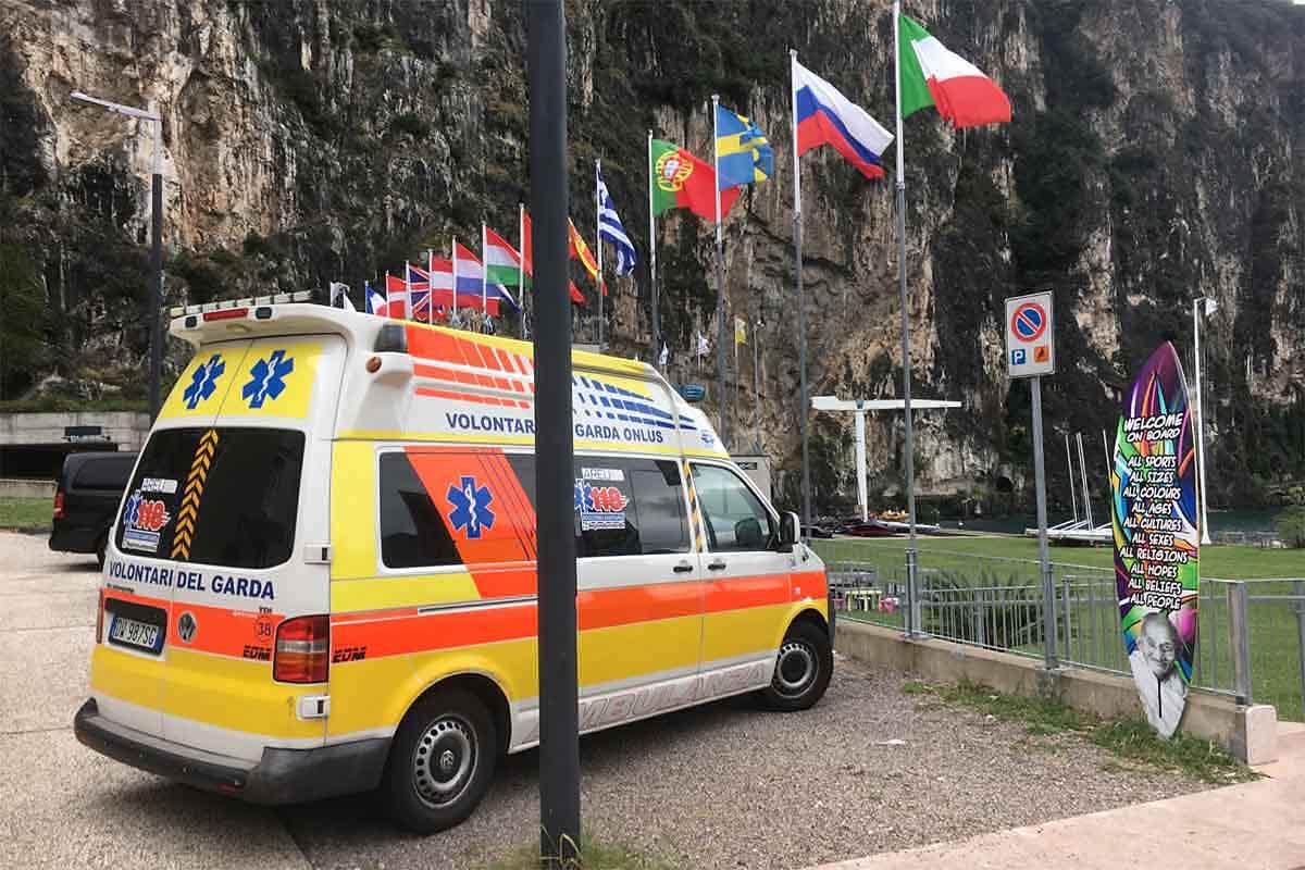 L'ambulanza giunta precauzionalmente a Campione, parcheggiata di fronte a Univela.