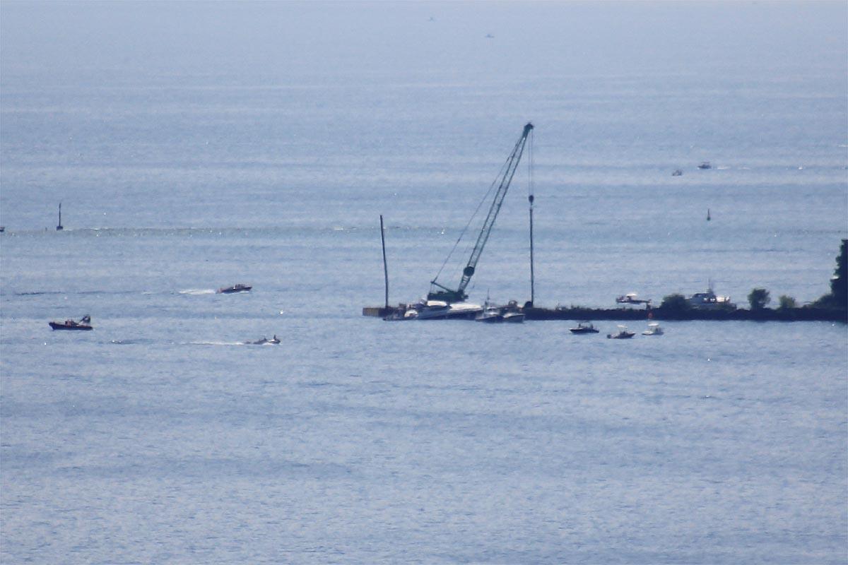 La gru in azione questa mattina, giovedì 13 luglio, nelle operazioni di recupero del natante incagliato.