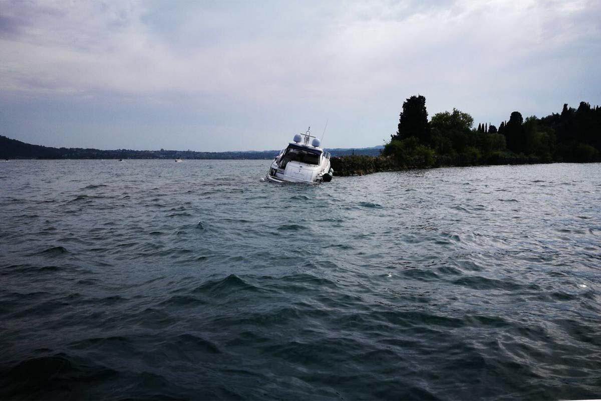 La mega barca arenata sugli scogli di san Felice.