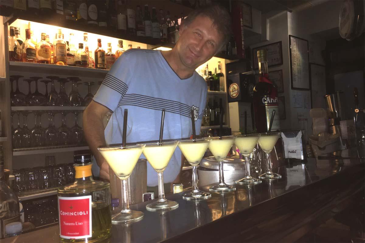 """Bruno Gabardini con il suo cocktail all'olio extravergine d'oliva """"Numero Uno"""" di Comincioli."""