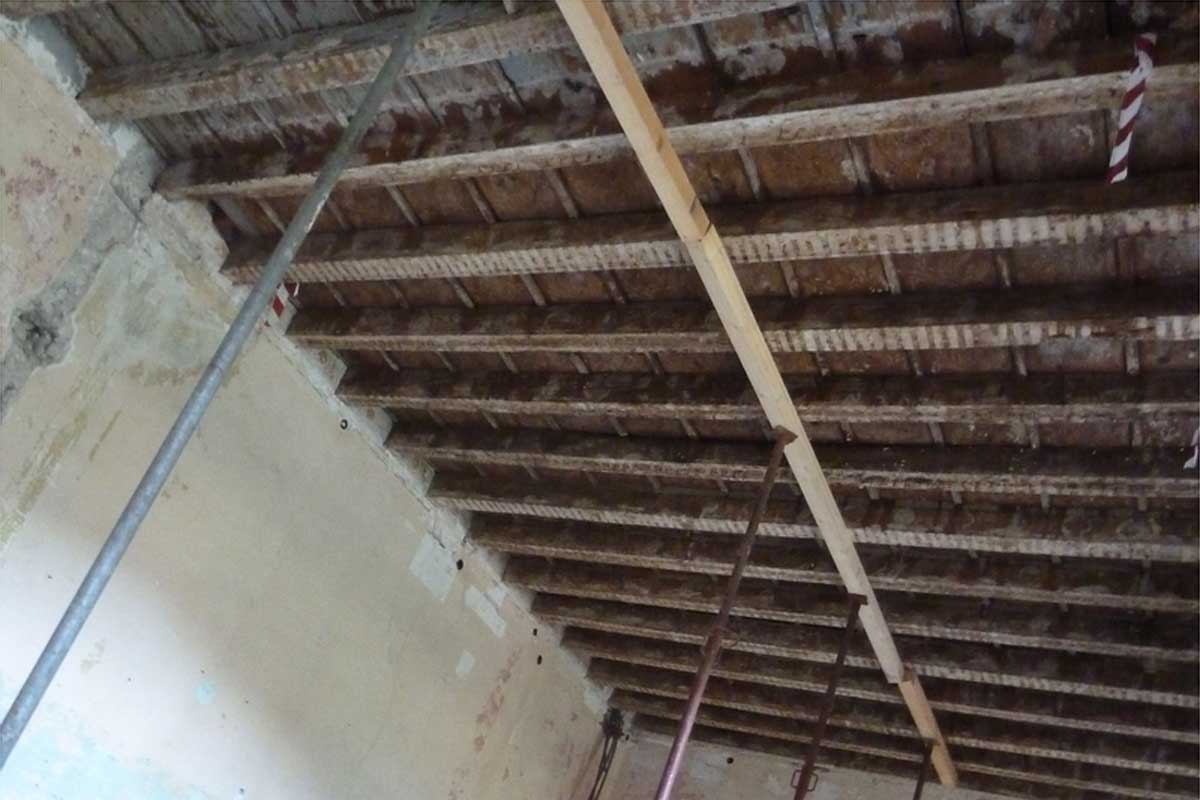I soffitti lignei originari al primo piano dell'ex convento.