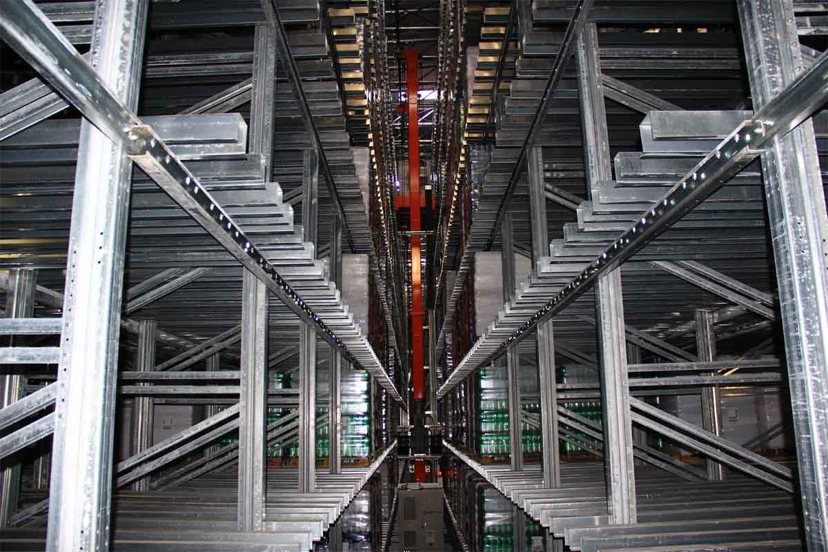 Il magazzino automatico verticale con capacità di 11.000 posti pallets.