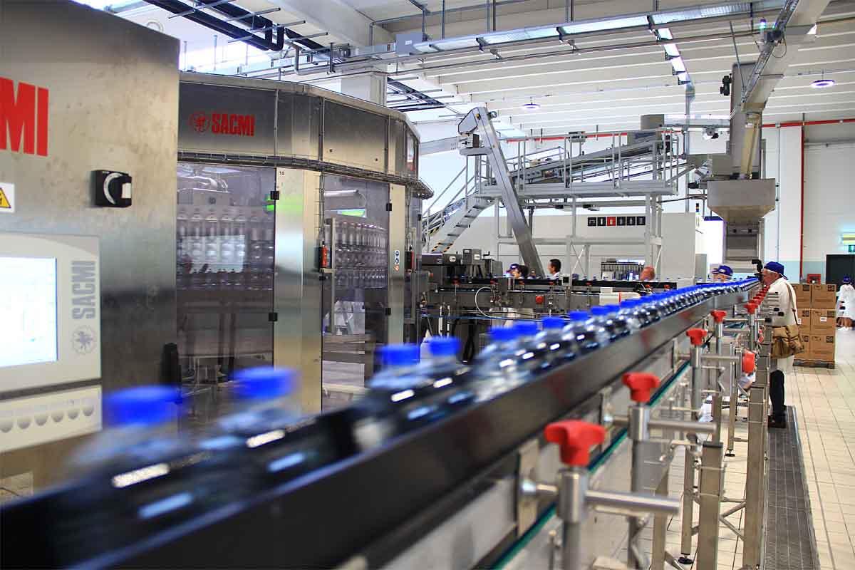Una delle due nuove linee di imbottigliamento pet da 31.000 bottiglie/ora.