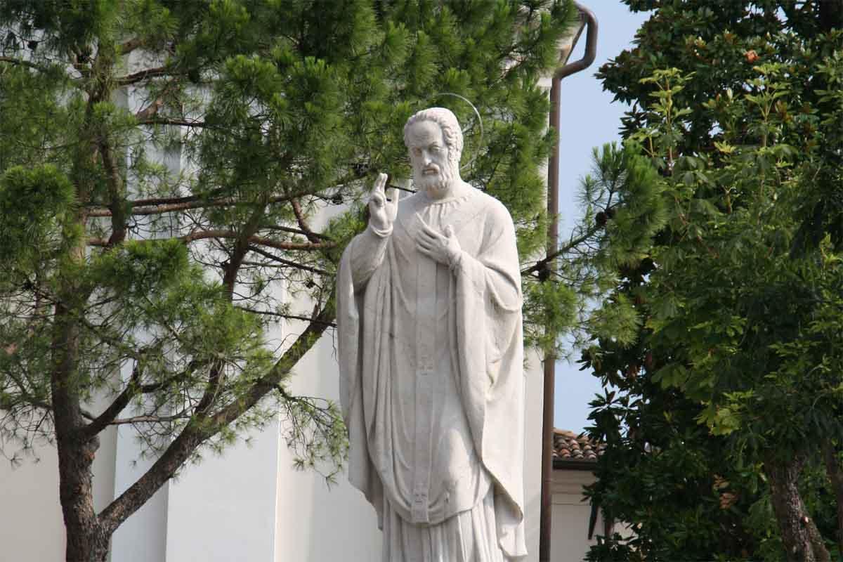 Il monumento dedicato a Sant'Ercolano, di fronte alla parrocchiale di Maderno.