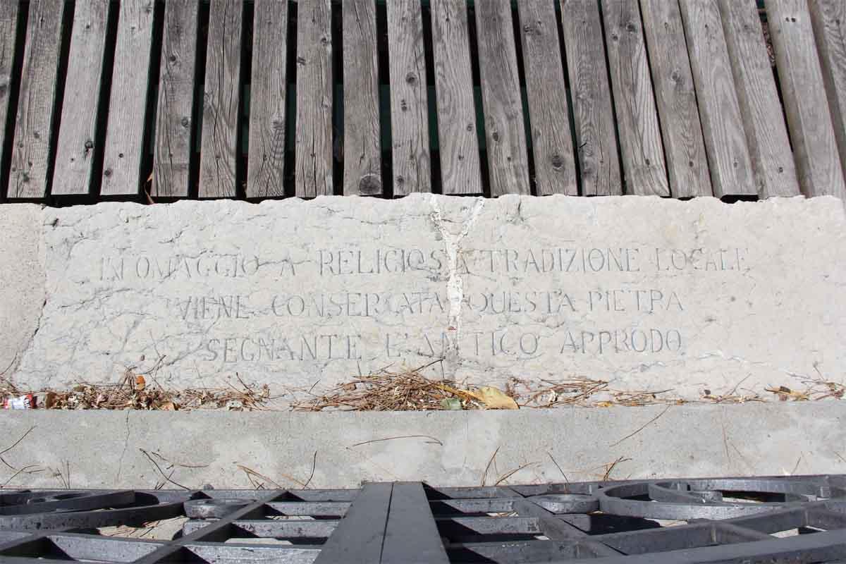 La lapide sul lungolago di Maderno che ricorda l'approdo del santo.