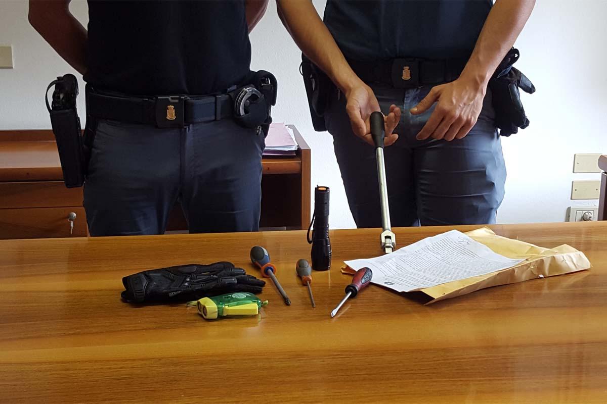 Cacciaviti di diverse dimensioni  e oggetti per lo scasso trovati nell'auto di due cittadini di nazionalità rumena.