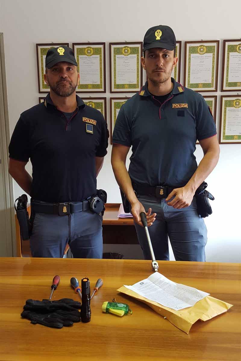Due agenti del Commissariato di Desenzano del Garda.