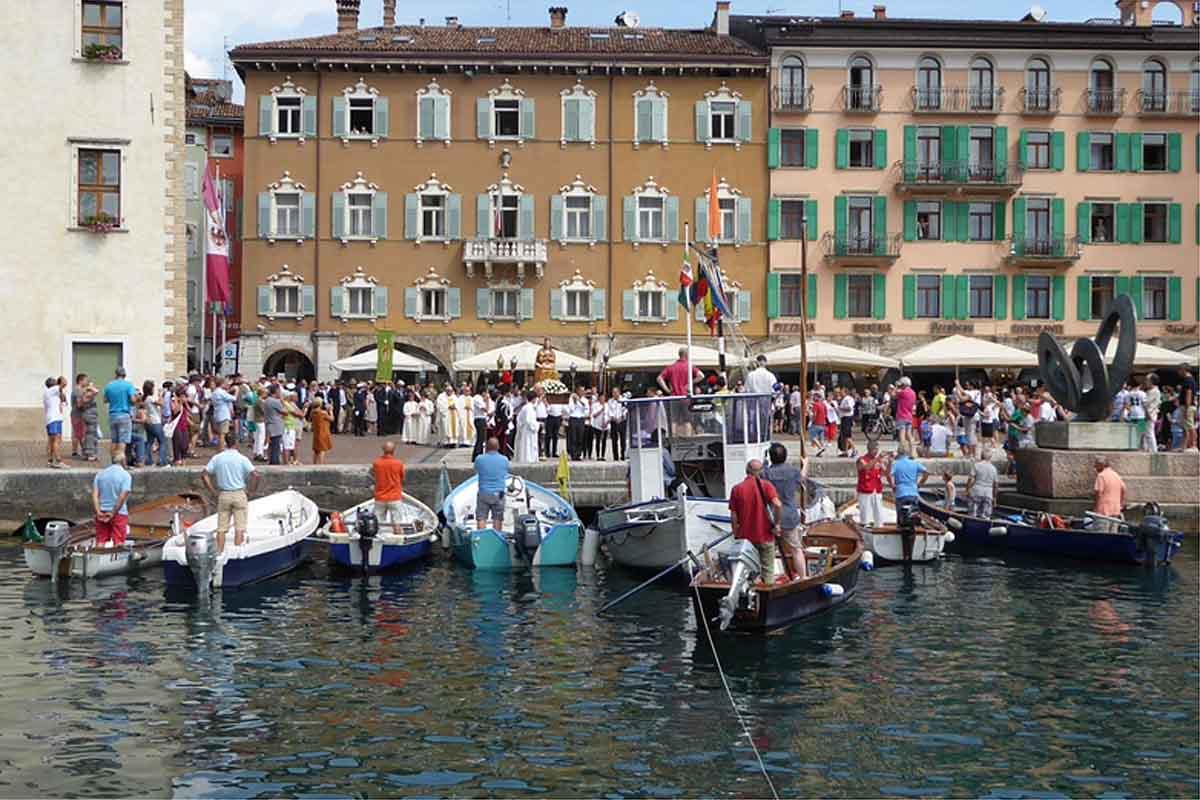 Le imbarcazioni rendono omaggio alla Patrona e ricevono la benedizione del decano.