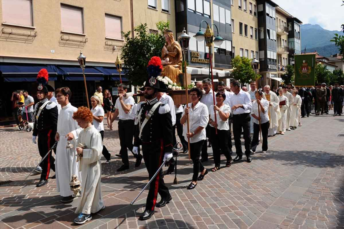 La processione lungo le strade di Riva nel 2016.