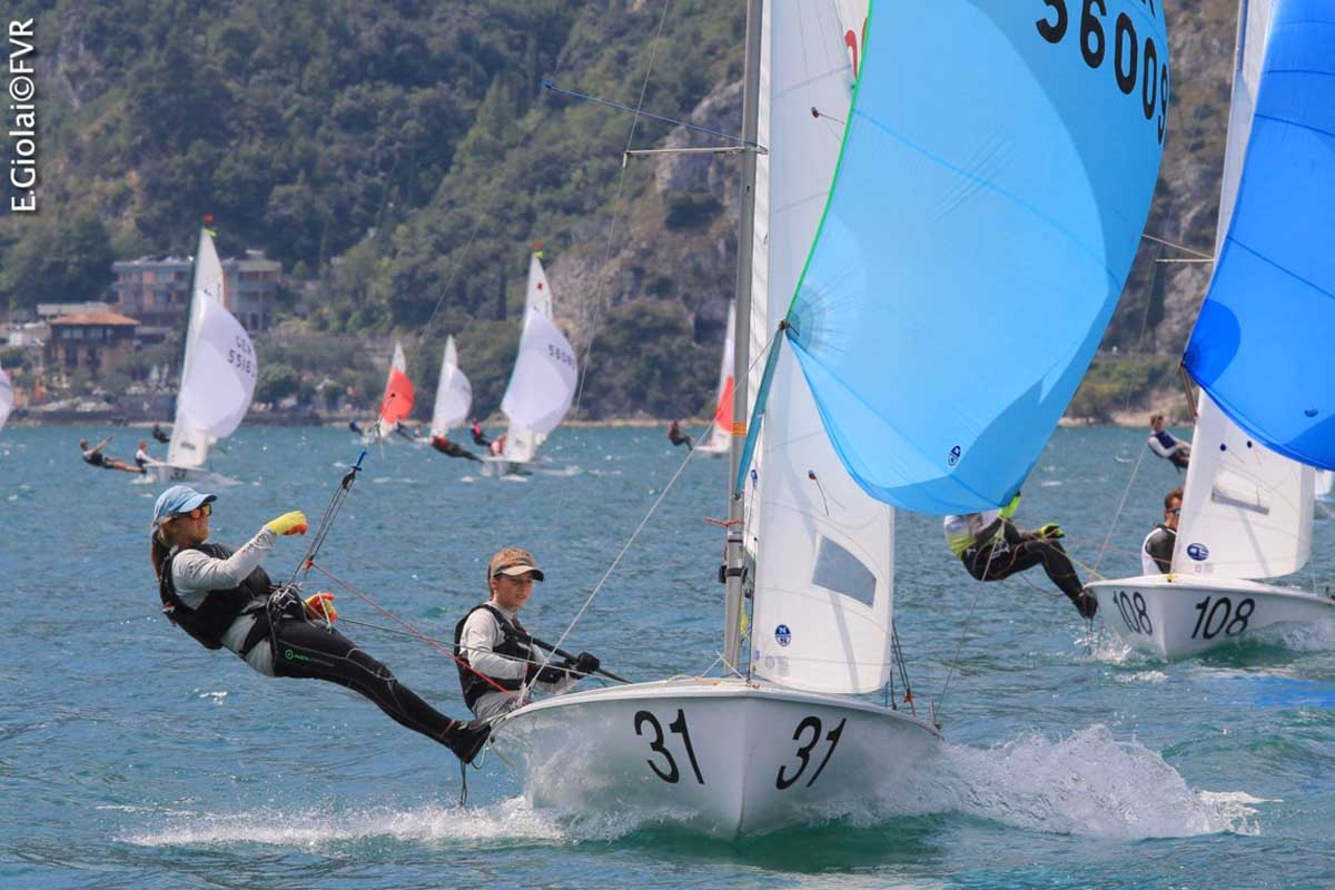 In regata quasi 500 velisti di età media sui 16-17 anni provenienti da 25 nazioni.