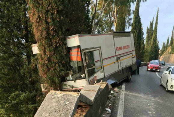 Gardesana: furgone rosticceria fuori strada, si ferma sul dirupo