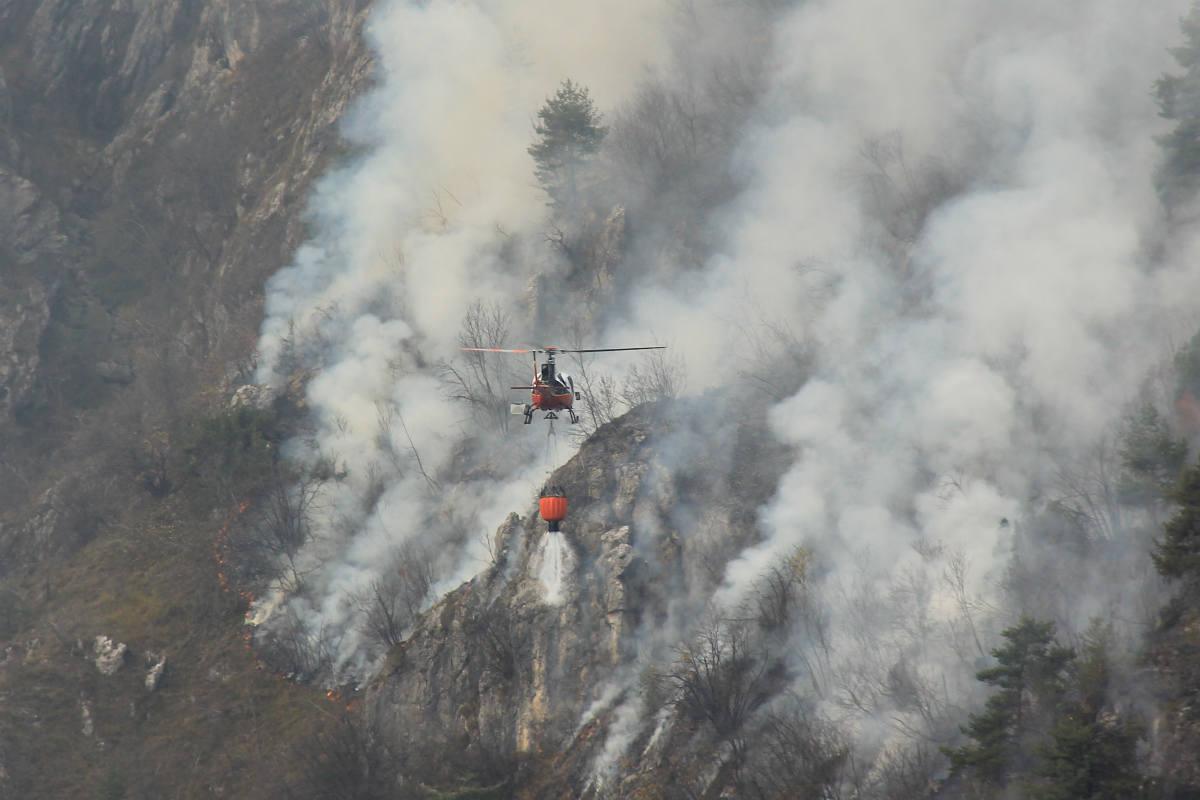 Brucia l'Alto Garda. Centinaia di ettari fumo. Caccia ai piromani