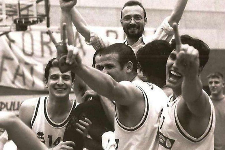 1998. 17 maggio. Conquista della B d'eccellenza. I giocatori portano in trionfo l'allenatore Galetti.